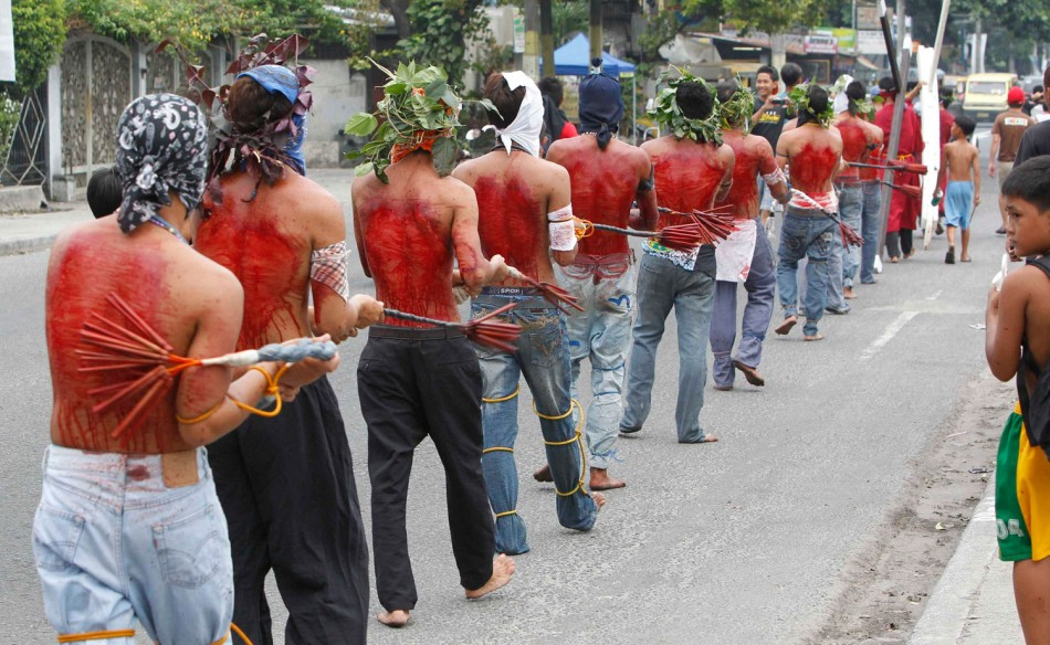 barefoot-filipinos-perform-extreme-penitence-acts-during-holy-week